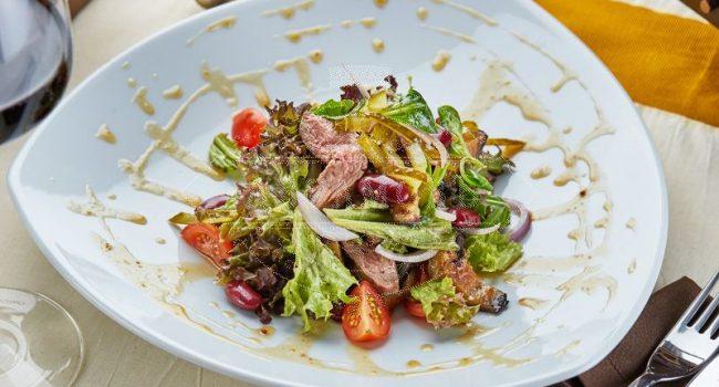 Салат фирменный «АбрамовЪ» теплый салат с запеченной на углях говядиной и баклажаном, под сладкой медовой заправкой и микс салатом