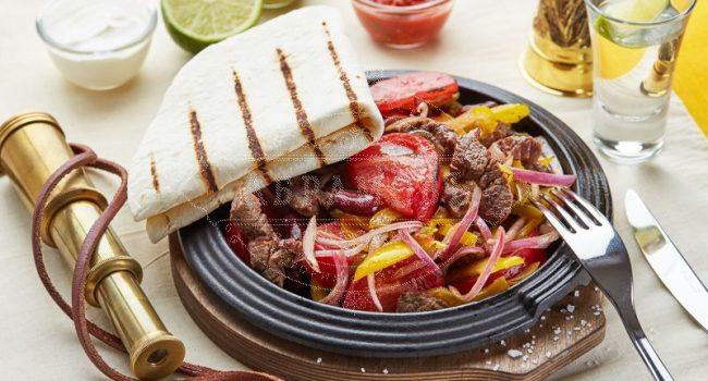 Мясная сковородка с огоньком (фламбированная говядина с овощами, подается с лепешкой и соусами)