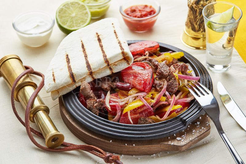 Zesty meat pan (flambéed beef with vegetables, with bread and sauces)