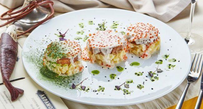 Трио рыбных котлет (судак, карп, щука) на картофельным ризотто с шафраново-икорным соусом