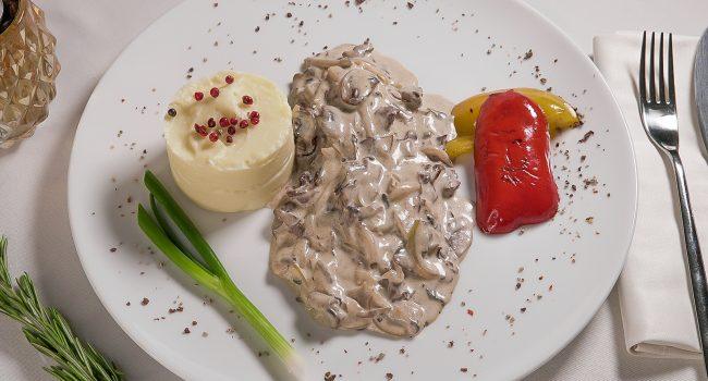 Говядина по-строгановски с картофельным пюре