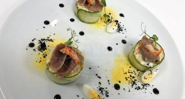 Салат «Оливье» с телячьим языком, дальневосточным крабом, каперсами, картофелем и пикулями