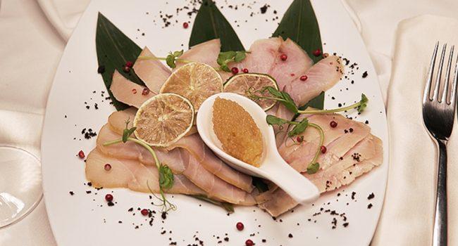 Плато благородных рыб (Осетрина х/к, омуль х/к, муксун х/к, маслянная, щучья икра)