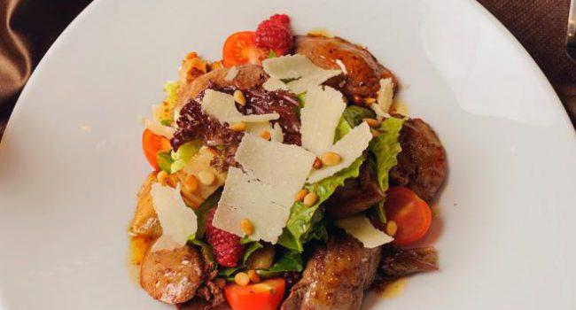 Салат с печенью кролика, лесными грибами, свежей малиной с россыпью кедровых орешков