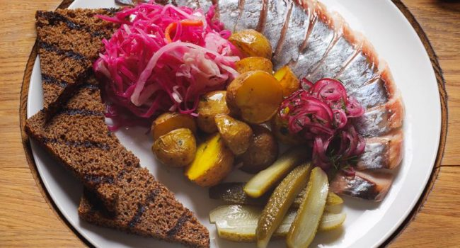 Сельдь собственного посола с обоженным бородинским хлебом и припущенным на сливочном масле картофелем