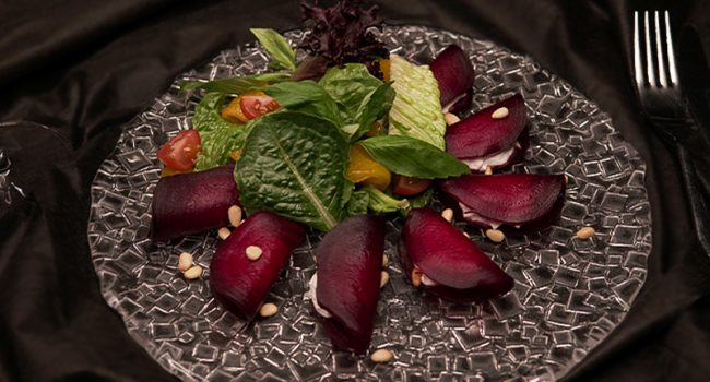Salad with goat cheese and baked beetroot
